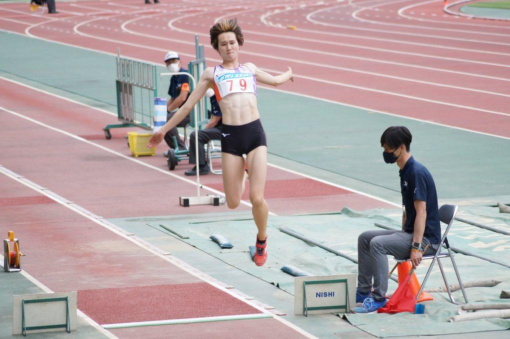 第65回関西実業団陸上競技選手権大会で跳躍する秦選手