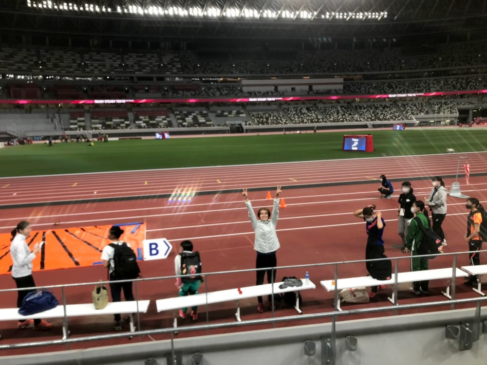 国立競技場でピースサインしている秦選手