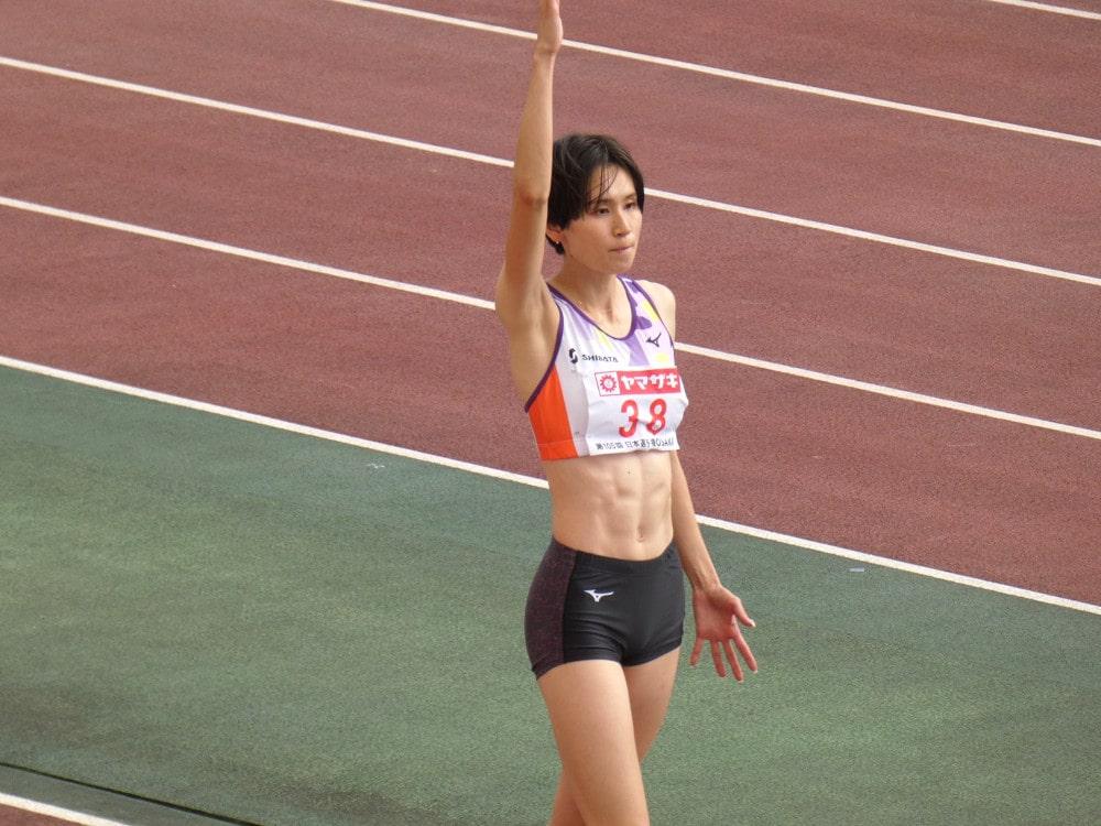 「第105回日本陸上競技選手権大会」試技直前、手を挙げる秦選手