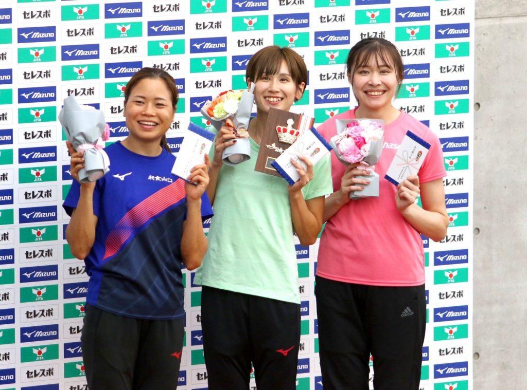 表彰式で笑顔を見せる秦選手